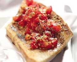 Итальянская брускетта с помидорами и базиликом