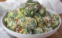 Салат с брокколи, беконом, изюмом и семечками. И дети полюбят его!