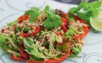 Острый тайский салат со свининой и морем приправ