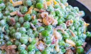 Кремовый салат с зеленым горошком, беконом и сыром – готовьте большие ложки!