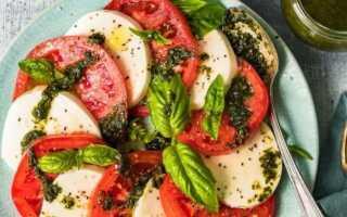 Легкий классический итальянский салат «Капрезе» с помидорами и моцареллой