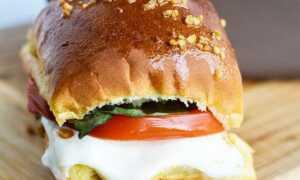 Душистые горячие сэндвичи «Капрезе» с моцареллой и помидорами. Полчаса и готово