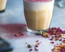 Черный чай с бергамотом «Эрл Грей» с молоком и лепестками роз