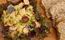 Салат с печеной курицей, карри, орешками кешью и виноградом