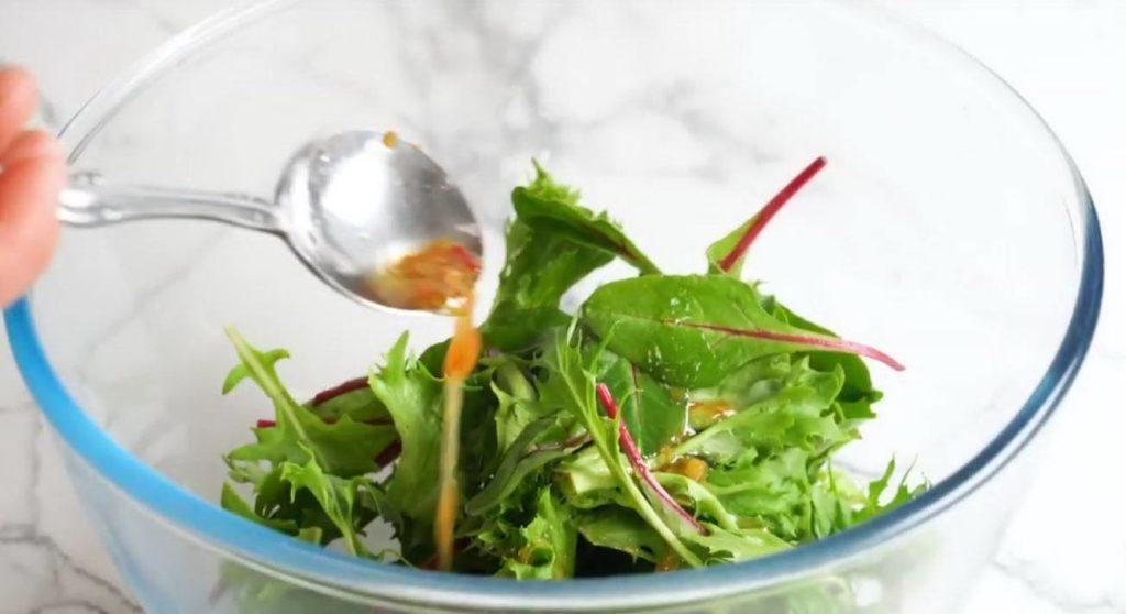 Нарезанные листья латука с соусом