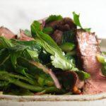 Мясо с зеленью на тарелке
