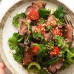 Салат с зеленью и острыми приправами на тарелке