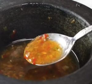 Жидкий острый соус в ложке