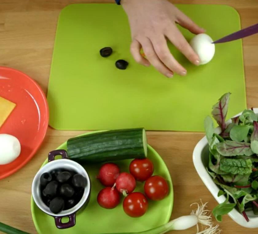 Зеленая разделочаня доска и руки