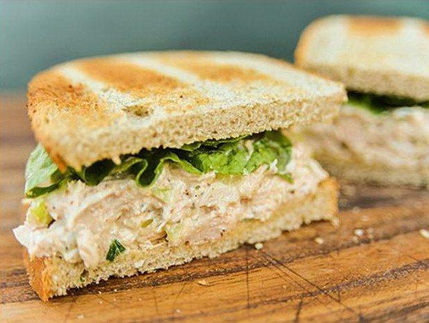 Бутерброд с курицей и салатом