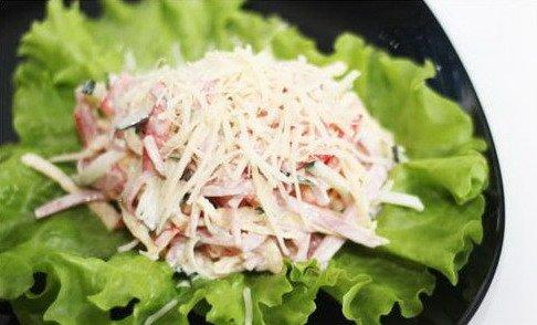 Мясной салат на листе салата