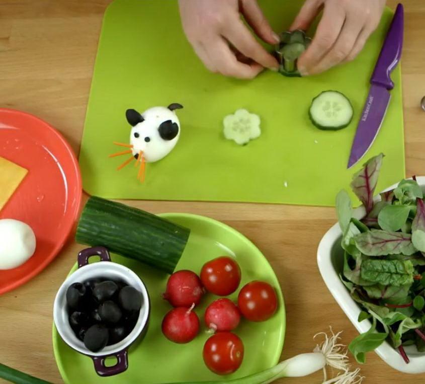 Овощи и яйцо на зеленом фоне