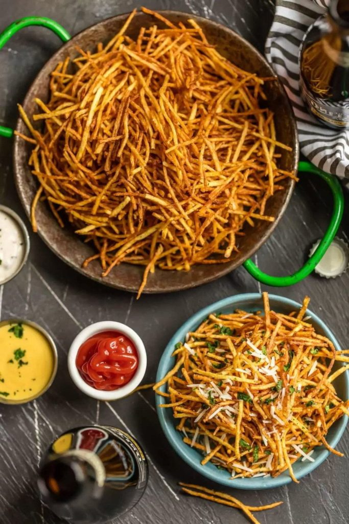 Жареный картофель в мисках