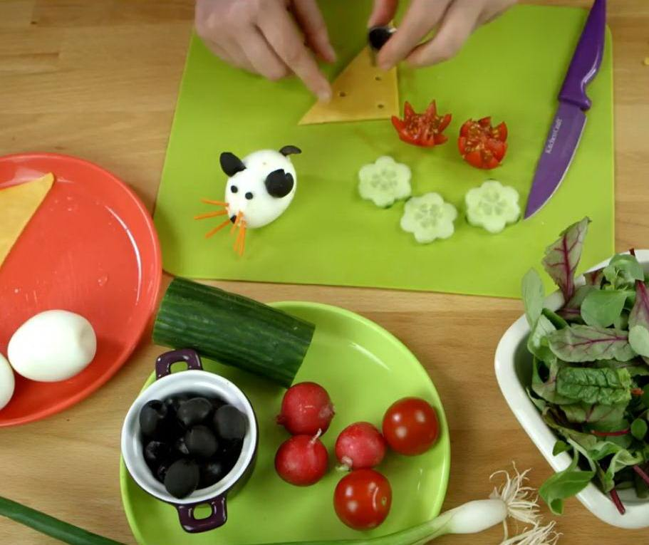 Овощи, яйцо и сыр на зеленом фоне
