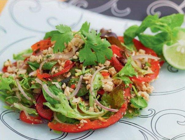 Азиатский салат со свининой, зеленью и приправами