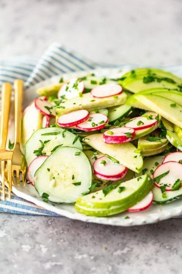 Быстрый и легкий салат на тарелке, вид сбоку вблизи