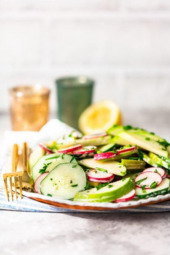 Тарелка со свежим салатом из овощей с зеленью