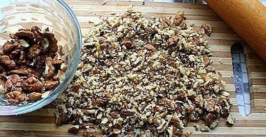 Нарезанные орехи и скалка