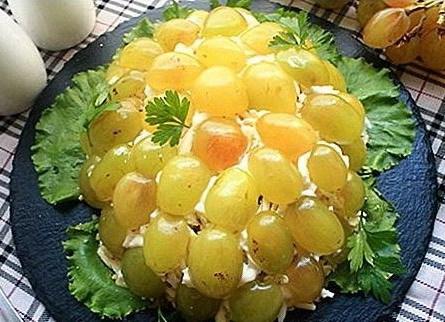 Виноград и листья салата