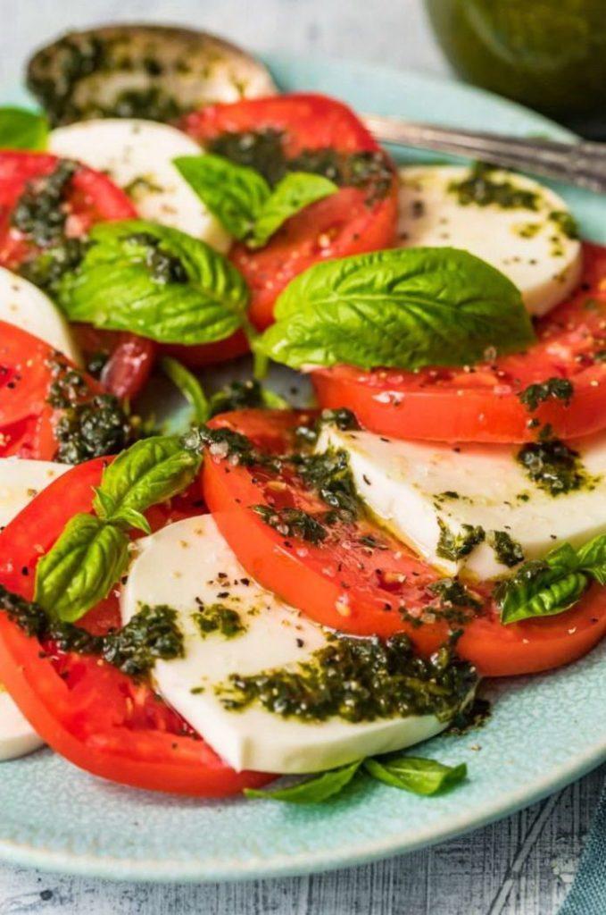 Легкий летний салат из помидор с сыром моцарелла вблизи