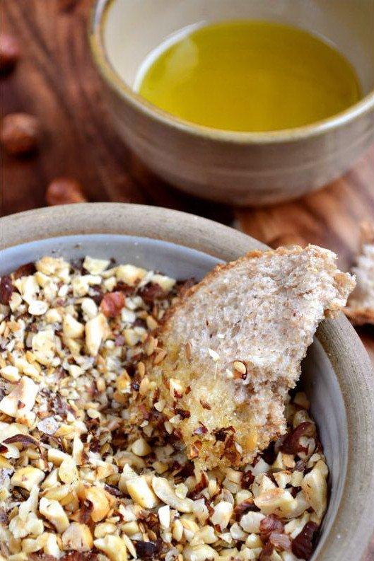 Египетская закуска с орехами дукка в миске с хлебом
