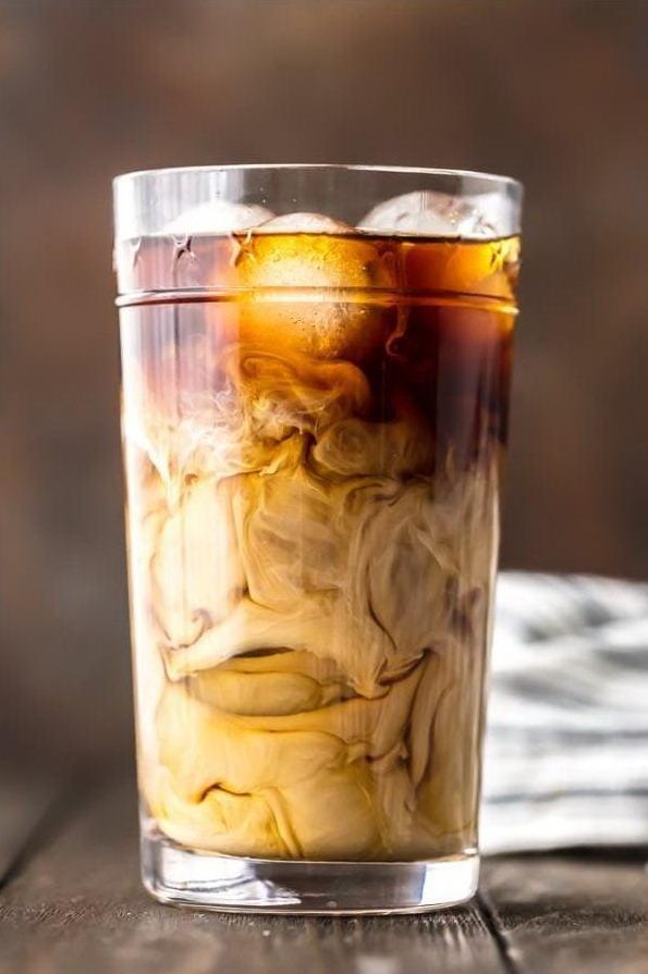 Холодный кофе со сливками и кубиками льда