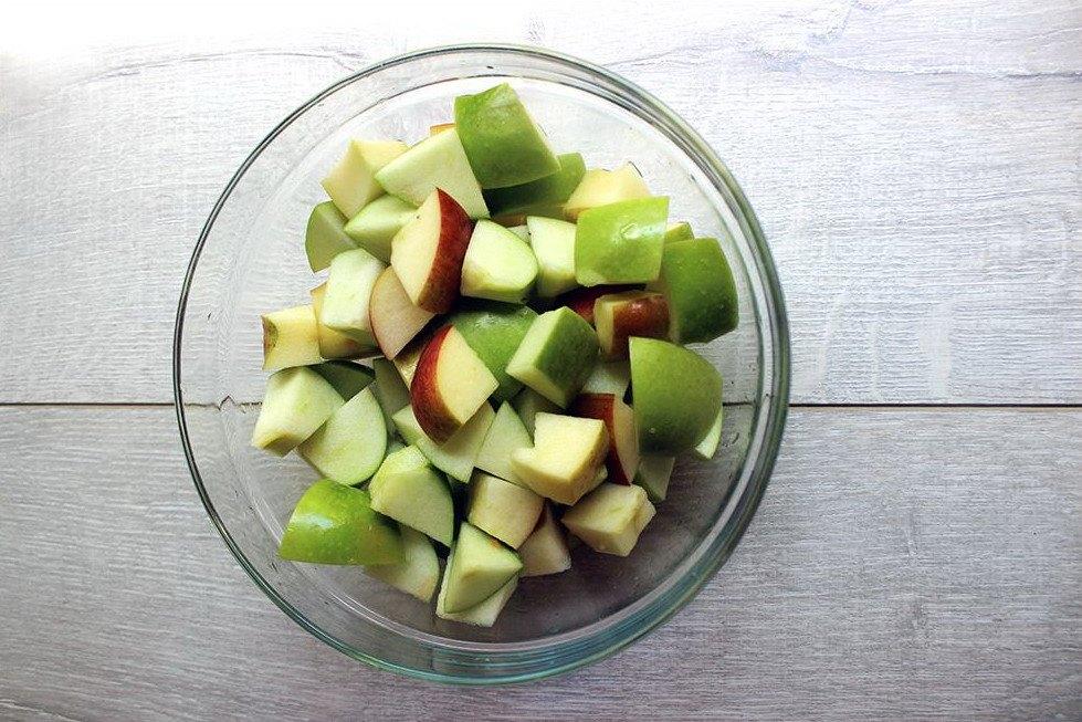 Нарезанные свежие яблоки в миске