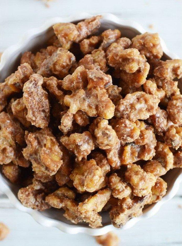 Грецкие орехи в сахаре в миске