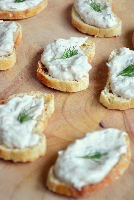 Бутерброды с паштетом из скумбрии с сыром и веточками укропа