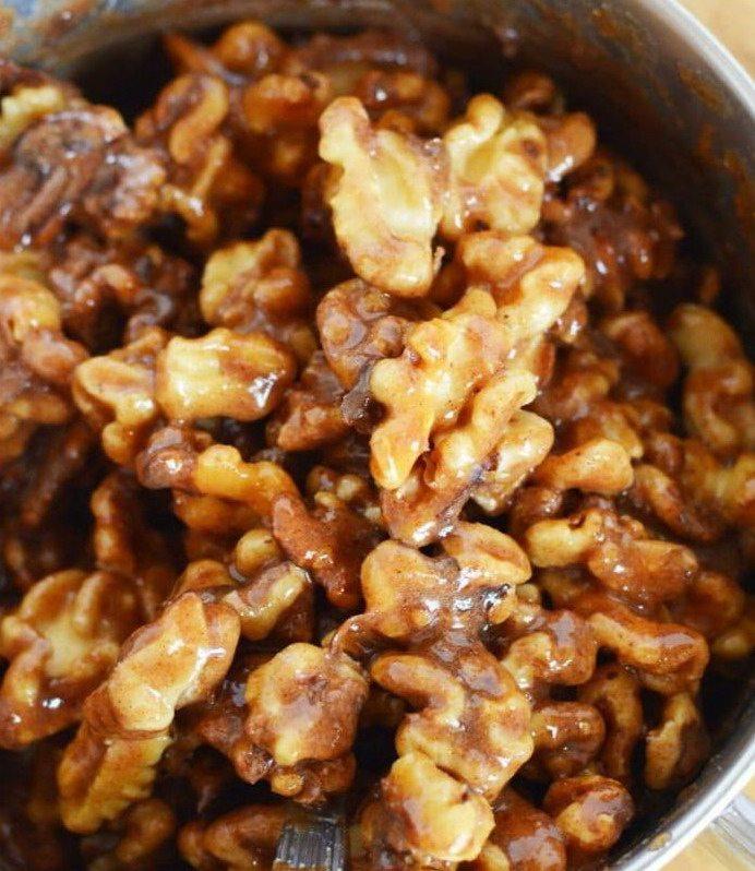 Грецкие орехи в сахаре крупным планом