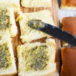 Намазываем соус песто на бутерброды