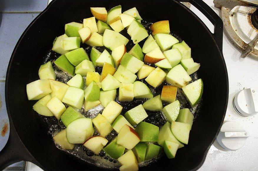 Яблоки в сливочном масле на сковороде