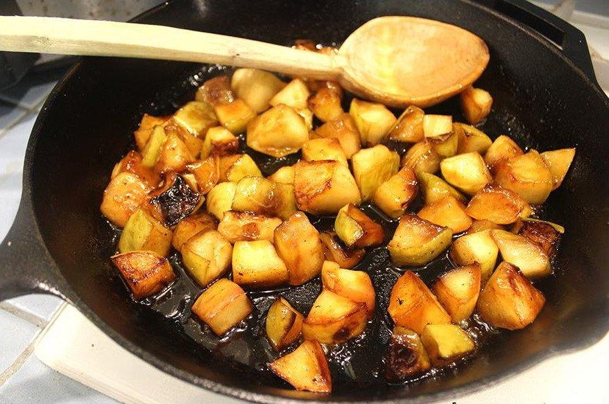 Жаренные в сковороде яблоки с медом