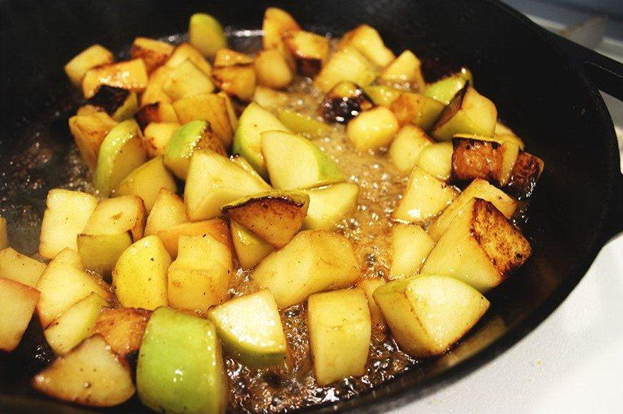 Жаренные на сковороде яблоки в сливочном масле