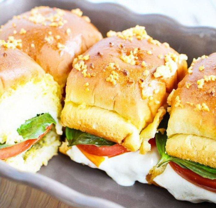 Готовые румяные сэндвичи вблизи