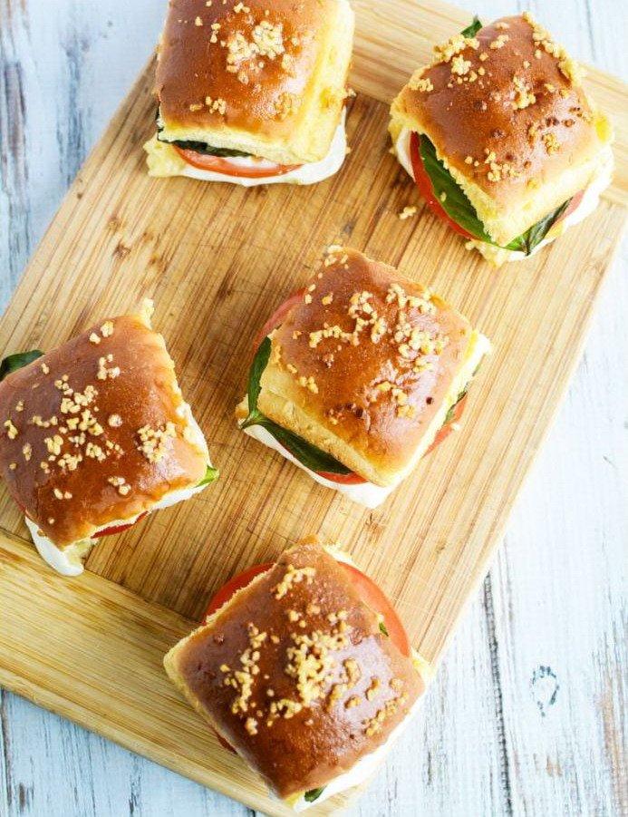 """5 готовых сэндвичей """"Капрезе"""" на доске"""
