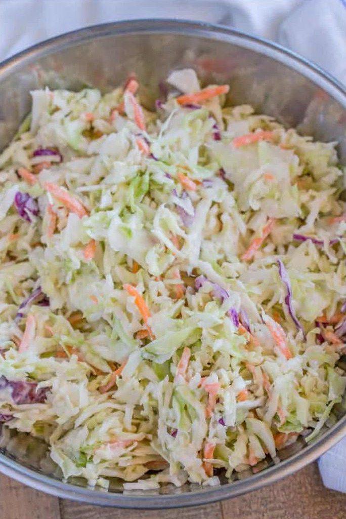 Салат Коул Слоу с капустой и морковкой в железной миске
