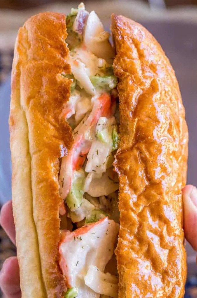 Бутерброд с салатом из крабовых палочек вблизи