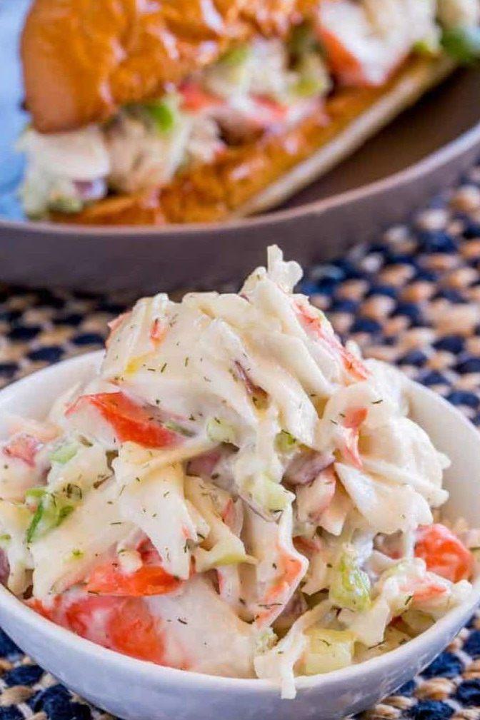 Салат с крабовыми палочками и луком в миске и с бутербродом