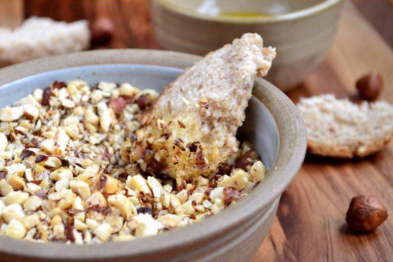 Египетская закуска с орехами и приправами дукка в миске с хлебом