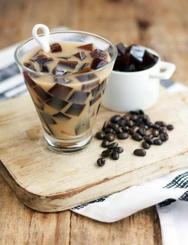 Кофейный напиток с кубиками льда из кофе в стакане и кофейные кубики льда в чашке