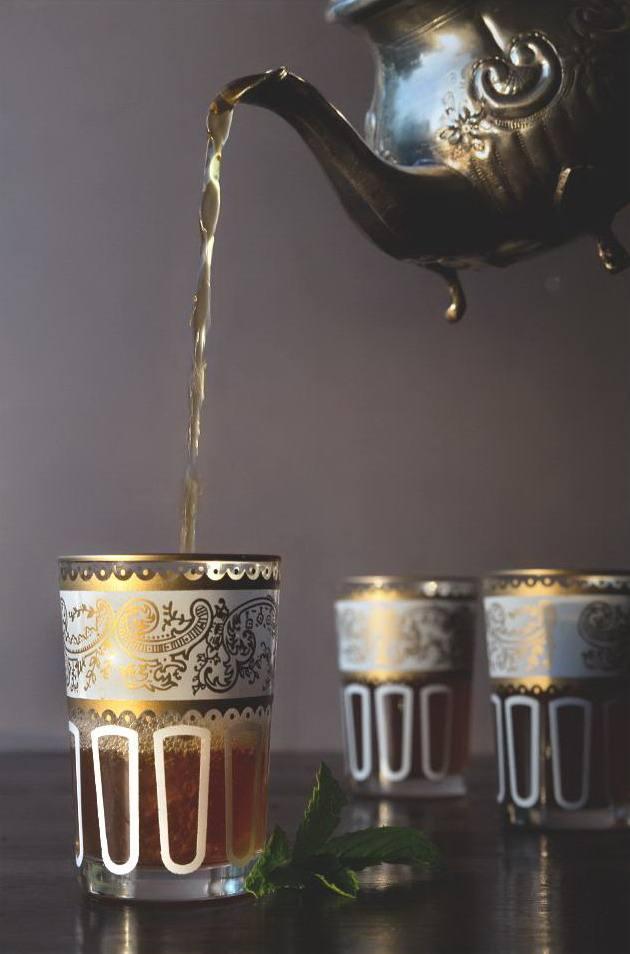 Марокканский чай с мятой, налитый из чайника беррада, в стаканах