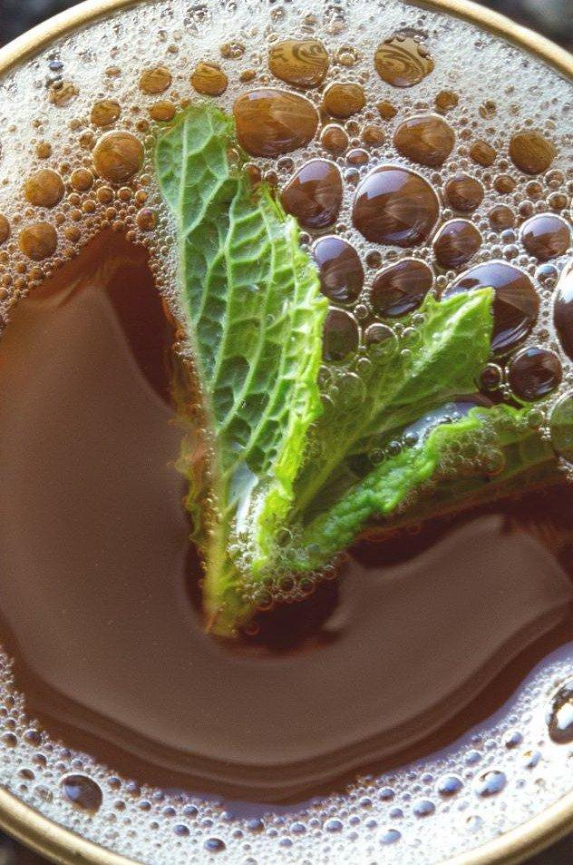 Лист мяты в марокканском чае в стакане