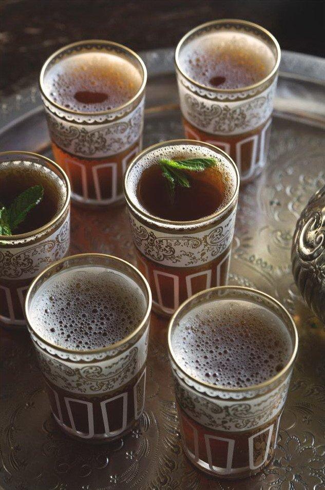 Марокканский мятный чай в стаканах на подносе