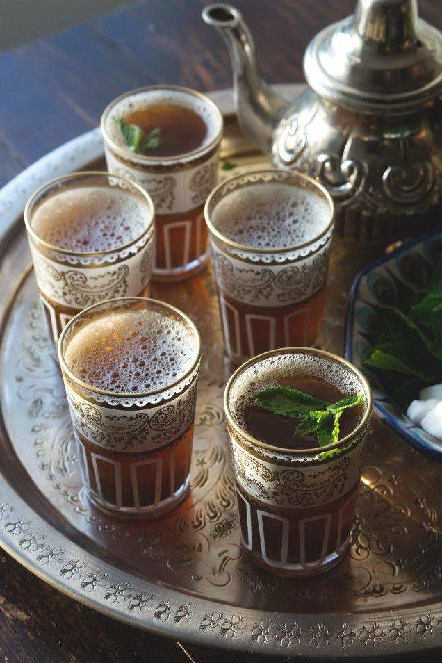 Марокканский чай с мятой в стаканах на подносе