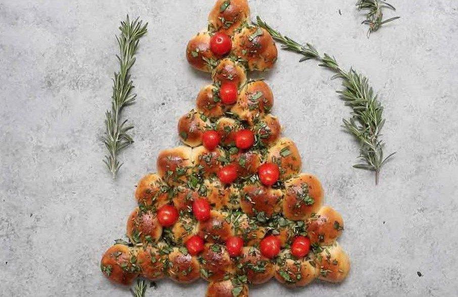 """Румяные теплые булочки с сыром в форме ёлки с помидорами """"шарами"""""""