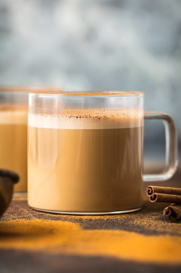 Кофе буллетпруф bulletproof с корицей и маслом в чашке