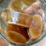 Кофейные кубики льда с молоком и медом в стакане