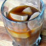 Кубики льда из кофе с молоком в стакане