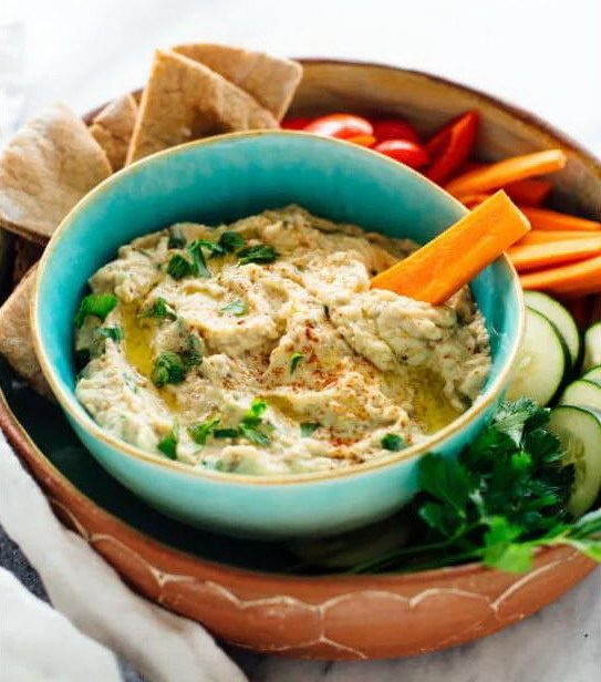"""Восточная закуска """"Баба гануш"""", поданная со свежими овощами и хлебом пита"""